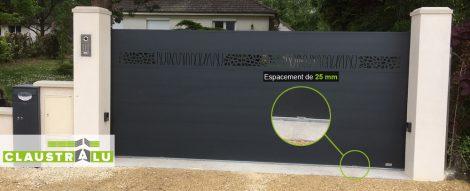 espacement de 25mm sous le portail