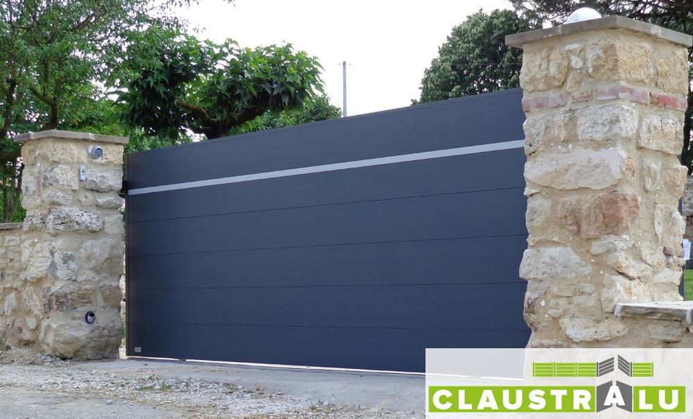 Portail coulissant alu contemporain pour maison avec lame design for Lame alu pour portail