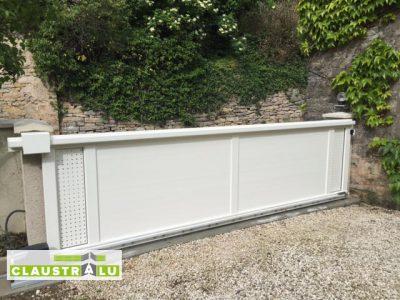 Portail aluminium coulissant en tôle aluminium perforé symétrique Blanc