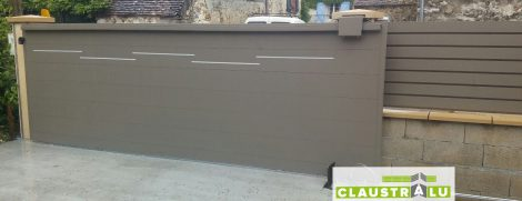 Portail OFFSET couleur Taupe RAL7006